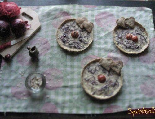 Crostatine salate con crema di formaggio e cipolle di Tropea